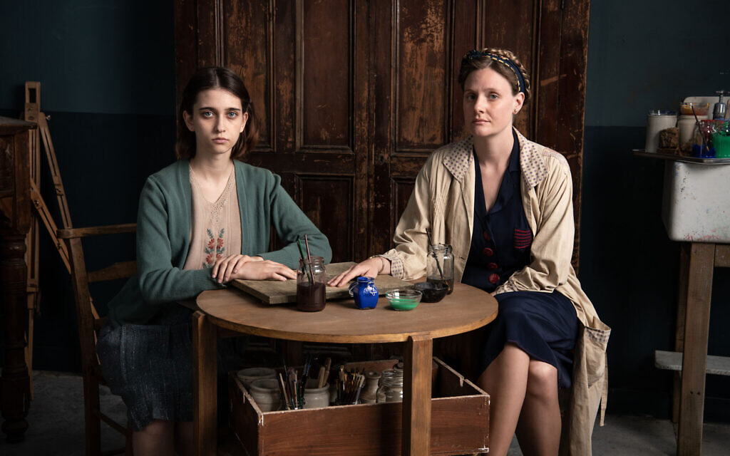 Sala (Anna Maciejewska) et Marie (Romola Garai). (BBC/Wall to Wall/ZDF/ Helen Sloan)