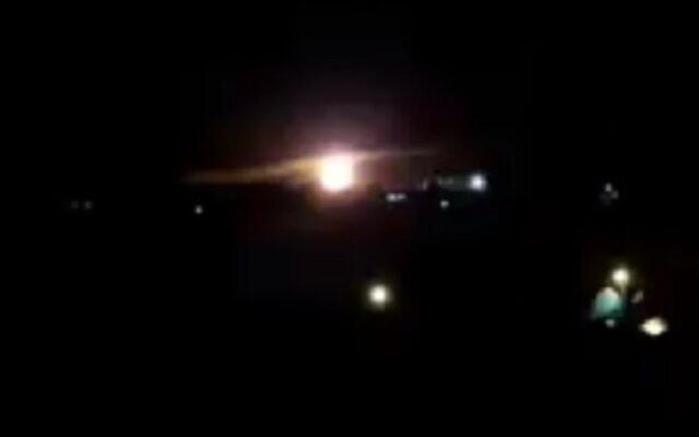 Des images montrant une explosion au cours d'une frappe aérienne à Gaza, le 25 janvier 2019 (Capture d'écran : Twitter)