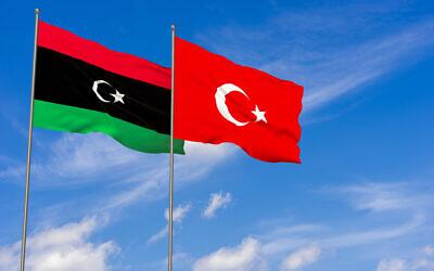 Illustration : les drapeaux turc et libyen. (Crédit : iStock)