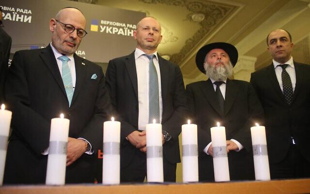 L'ambassadeur d'Israël en Ukraine, Joel Lion, (à gauche), et d'autres dignitaires commémorent la Shoah au Parlement ukrainien, le 16 janvier 2020. (L'Assemblée des nationalités de l'Ukraine via JTA)