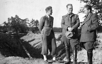 Helmut Kleinicke, au centre, s'est servi de son poste pendant la guerre pour sauver des centaines de Juifs. (Juta Scheffzek / Centre pour le bien-être des Juifs d'Allemagne)