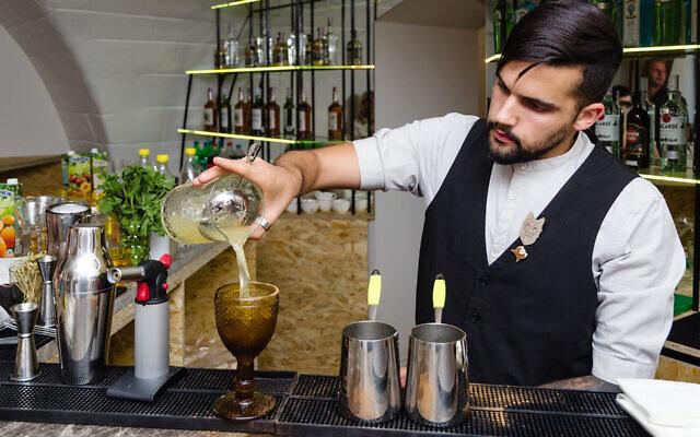 Un barman prépare un cocktail au Kosher Bar à Odessa, en Ukraine, le 25 septembre 2019. (Avec l'aimable autorisation de Kosher Bar via JTA)