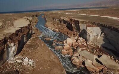 """La """"rivière secrète"""" au bord de la mer Morte, """"découverte"""" par Kan TV, janvier 2020. (Capture d'écran de Kan TV)"""