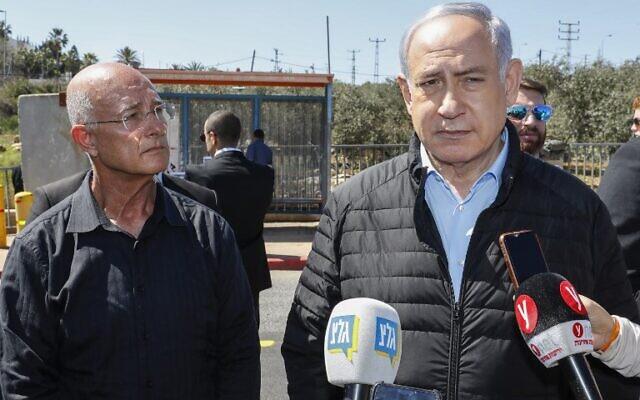 Le maire d'Ariel, Eli Sheviro (G), aux côtés du Premier ministre Benjamin Netanyahu, visite le site d'une attaque terroriste au carrefour d'Ariel, dans le nord de la Cisjordanie, le 18 mars 2019. (Jack Guez / POOL / AFP)