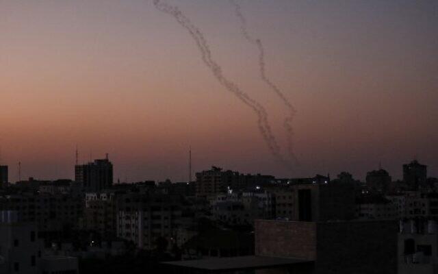 Photo d'illustration : Des Palestiniens tirent des roquettes depuis Gaza City vers Israël, le 12 novembre 2019 (Crédit : MAHMUD HAMS / AFP)
