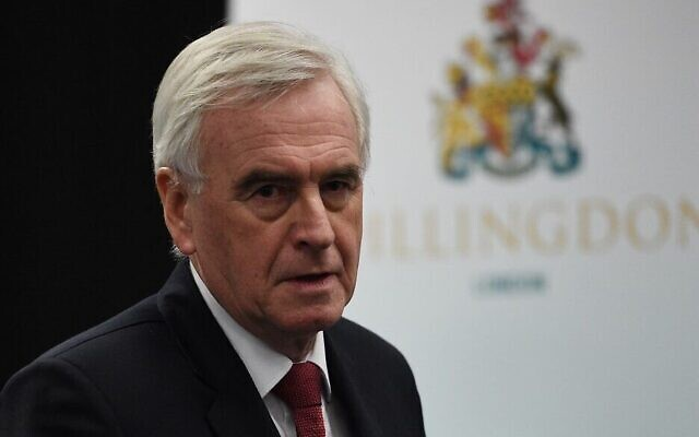 John McDonnell, du Parti travailliste britannique, prononce un discours au centre de dépouillement des élections générales à Uxbridge, dans l'ouest de Londres, le 13 décembre 2019. (Oli SCARFF / AFP)