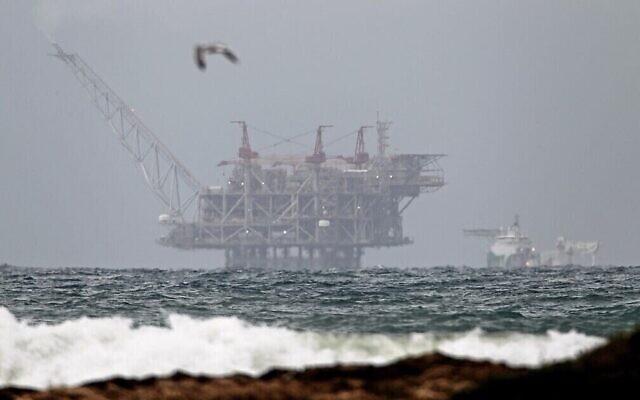 La plate-forme du champ de gaz naturel Leviathan en mer Méditerranée photographiée depuis la plage de Dor, au nord d'Israël, le 31 décembre 2019. (Jack Guez/AFP)