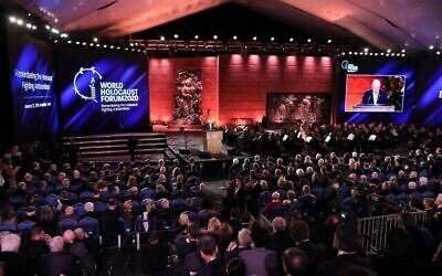 Le président israélien Reuven Rivlin prononce un discours au 5è Forum de la Shoah, à Yad Vashem, à Jérusalem,  le 23 janvier 2020. (Crédit : Abir SULTAN / POOL / AFP)