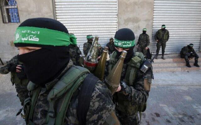 Les membres de l'aile militaire du groupe terroriste du Hamas sur un trottoir au cours d'une patrouille à Khan Younès, dans le sud de la bande de Gaza, le 26 janvier 2019 (Crédit : Said Khatib/AFP)