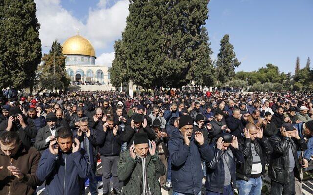 Des hommes musulmans participent aux prières du vendredi devant le Dôme du Rocher dans l'enceinte de la mosquée Al-Aqsa, le troisième lieu le plus saint de l'Islam, le 31 janvier 2020. (Crédit : AHMAD GHARABLI / AFP)