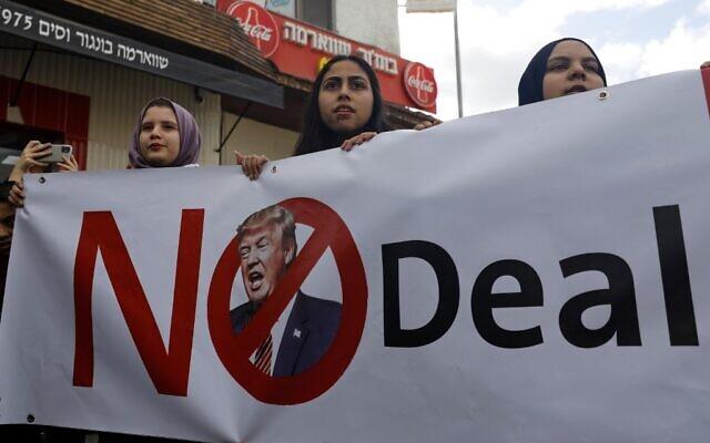 Des Arabes israéliennes participent à un rassemblement pour faire part de leur opposition au plan de paix américain au conflit israélo-palestinien dans la ville arabe israélienne de Baqa al-Gharbiya, dans le nord d'Israël, le 1er février 2020 (Crédit : Ahmad GHARABLI / AFP)