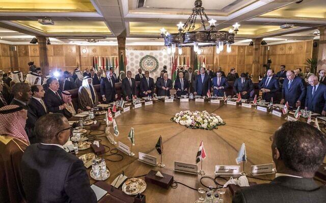La réunion d'urgence de la Ligue arabe pour discuter de la proposition de paix soumise par les Etats-Unis pour le conflit au Moyen-Orient, au siège de la Ligue, au Caire, alors que les délégués prennent place, le 1er février 2020. (Crédit : Khaled DESOUKI / AFP)