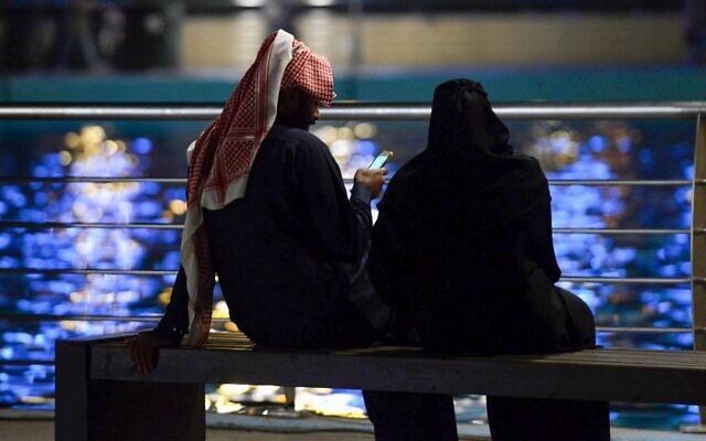 Un couple de jeunes Saoudiens se retrouve au Riyadh Season Boulevard dans la capitale saoudienne, le 31 janvier 2020. (Crédit : FAYEZ NURELDINE / AFP)