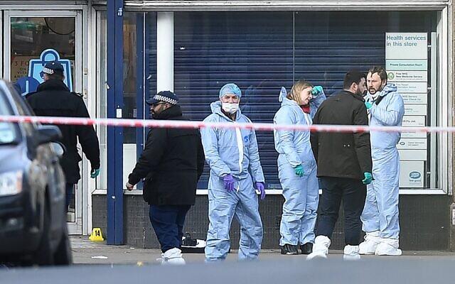 Des agents de la police scientifique Streatham High Road à Londres, après une attaque au couteau revendiquée par l'EI, le 3 février 2020 (Crédit : DANIEL LEAL-OLIVAS / AFP)