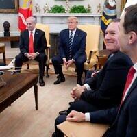 Sur cette photo prise le 27 janvier 2020, le président américain Donald Trump (au centre) rencontre le Premier ministre israélien Benjamin Netanyahu (2e à gauche) aux côtés de l'ambassadeur israélien aux États-Unis Ron Dermer (à gauche), du secrétaire d'État américain Mike Pompeo (2e à droite) et du conseiller de la Maison Blanche Jared Kushner (à droite) dans le bureau ovale de la Maison Blanche à Washington, DC. (SAUL LOEB / AFP)