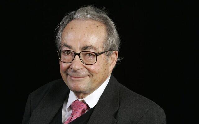 """L'écrivain, universitaire, critique et philosophe américain d'origine française George Steiner lors de l'événement """"Cité de la Réussite"""" à l'université de la Sorbonne, à Paris, en 2006. (Crédit : Bertrand GUAY / AFP)"""