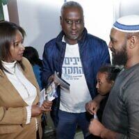 La première femme juive israélienne d'origine éthiopienne à être élue à la Knesset Pnina Tamano Shata, rend visite à des membres de la communauté éthiopienne le 4 février 2020, dans la ville côtière de Hadera. (Crédit : JACK GUEZ / AFP)