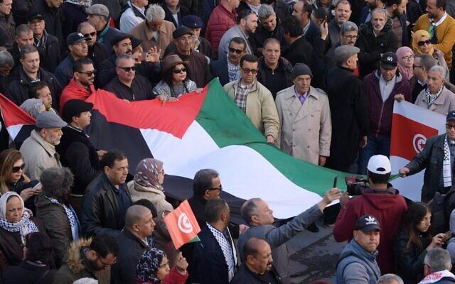 Des Tunisiens manifestent contre la proposition de plan de paix du Moyen-Orient du président américain Donald Trump, le 5 février 2020 à Tunis. (Crédit : FETHI BELAID / AFP)