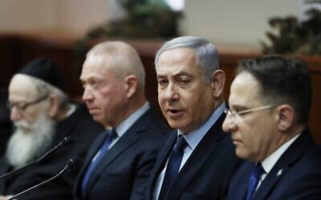 Le Premier ministre Benjamin Netanyahu (2e à droite) assiste à la réunion hebdomadaire du cabinet à Jérusalem, le 9 février 2020. (Ronen Zvulun/Pool/AFP)