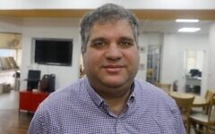 Yair Hass, chef de l'association Hillel qui soutient les Juifs qui quittent la communauté ultra-orthodoxe, le 9 février 2020. (Crédit : Menahem Kahana/AFP)
