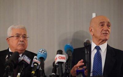 Le président de l'Autorité palestinienne  Mahmoud Abbas, à gauche, et l'ex-Premier ministre Ehud Olmert lors d'un point-presse à l'ONU, à New York, le 11 février 2020 (Crédit : Bryan R. Smith/AFP)