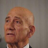 L'ancien Premier ministre israélien Ehud Olmert lors d'un point-presse au siège de l'ONU avec le président de l'Autorité palestinienne Mahmoud Abbas, le 11 février 2020 (Crédit : Bryan R. Smith/AFP)