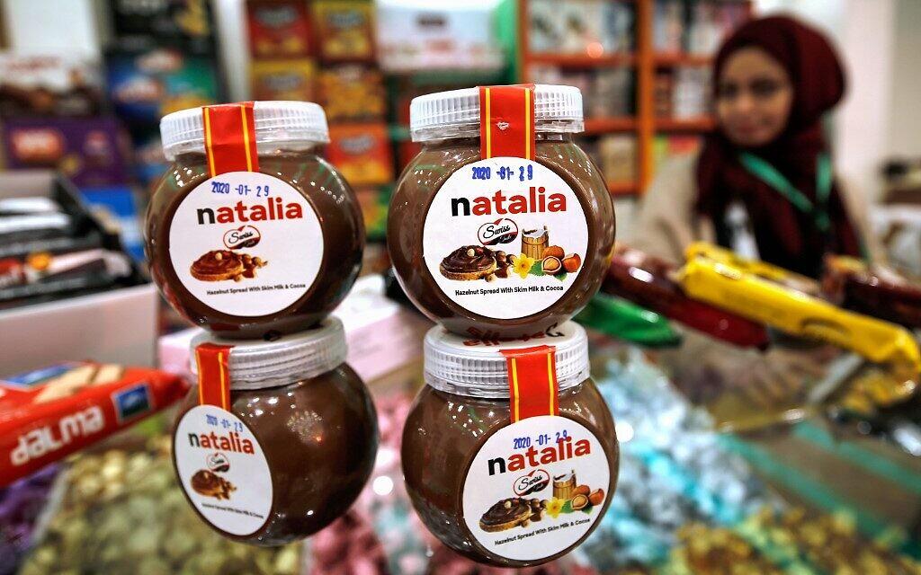 """Des pots d'une version gazaouie d'une célèbre pâte à tartiner, surnommée """"Natalia"""", sont exposés sur le comptoir d'un magasin de la ville de Gaza, le 12 février 2020. (Crédit : MOHAMMED ABED / AFP)"""