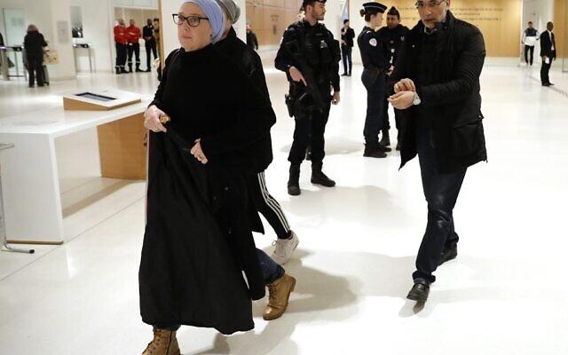 Tariq Ramadan (à droite), spécialiste suisse de l'islam, arrive avec sa femme Iman au Palais de Justice de Paris, le 13 février 2020. (Thomas SAMSON / AFP)