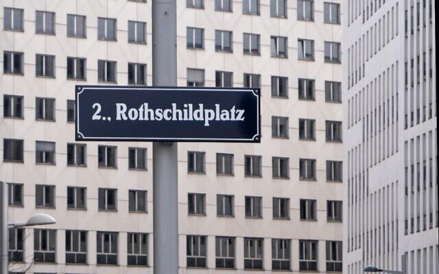 Une enseigne de la place Rothschild, du nom du fondateur et financier de la Nordbahn, Salomon Mayer von Rothschild, est représentée à Vienne, en Autriche, le 18 février 2020. (Crédit : JOE KLAMAR / AFP)