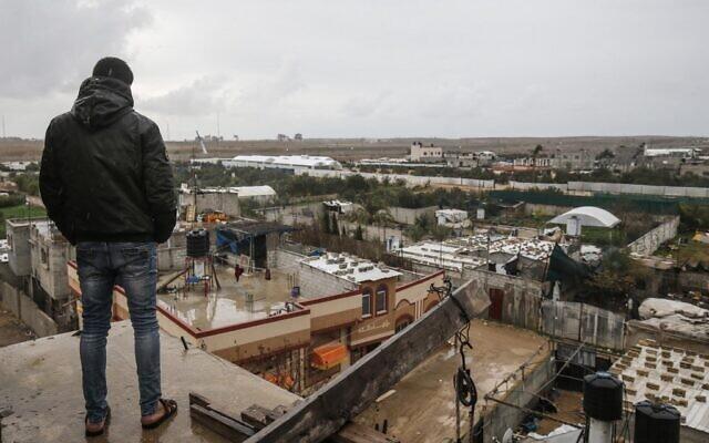 Une photo prise à Rafah dans le sud de la bande de Gaza à la frontière avec l'Égypte montre le chantier de construction d'un mur du côté égyptien de la frontière, le 19 février 2020. (Crédit : SAID KHATIB / AFP)