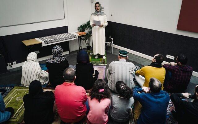 L'imam française Kahina Bahloul mène une prière du vendredi dans un lieu loué du 11e arrondissement de Paris, le 21 février 2020. (Crédit : LUCAS BARIOULET / AFP)