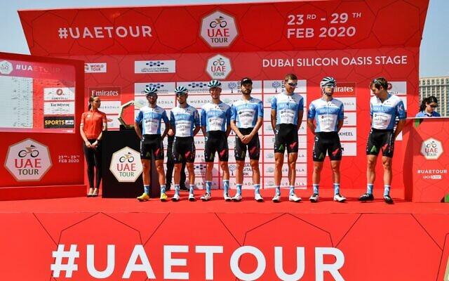 L'équipe cycliste Israel Start-Up Nation prend la pose avant le début de la première étape du Tour des Émirats arabes unis entre Pointe et Silicon Oasis à Dubaï le 23 février 2020. (Crédit : Giuseppe CACACE / AFP)