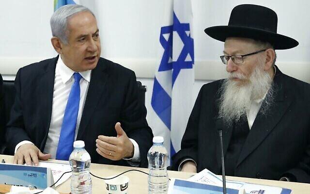 Le Premier ministre Benjamin Netanyahu (à gauche) évalue la situation avec le ministre de la Santé Yaakov Litzman concernant l'épidémie de coronavirus COVID-19 au ministère de la Santé à Tel Aviv, le 23 février 2020. (Crédit : Jack Guez/AFP)