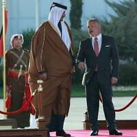 Le roi Abdallah II de Jordanie (à droite) et l'émir du Qatar, le cheikh Tamim bin Hamad al-Thani (à gauche), passent en revue la garde d'honneur à l'aéroport international Queen Alia à Amman le 23 février 2020. (Crédit : Khalil MAZRAAWI / AFP)