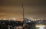 La fumée d'une roquette tirée par les terroristes palestiniens au-dessus de la bande de Gaza, le 23 février 2020. (Crédit : Mahmud Hams/AFP)