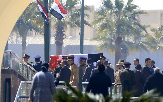 La garde d'honneur égyptienne porte le cercueil de l'ancien président Hosni Moubarak lors de ses funérailles à la mosquée Mosheer Tantawy du Caire, dans la banlieue est de la capitale égyptienne, le 26 février 2020. (Crédit : Khaled DESOUKI / AFP)