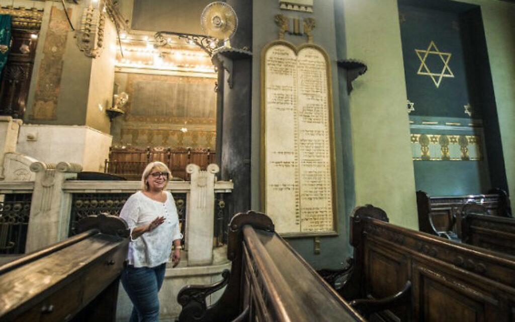 Photo d'Illustration : La présidente de la communauté juive égyptienne, Magda Shehata Haroun, durant un entretien avec l'AFP à la synagogue Shaar Hashamayim du Caire, également connue sous le nom de Temple Ismailia ou synagogue Adly, dans le centre du Caire, le 3 octobre 2016 (Crédit : Khaled Desouki/AFP)