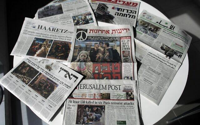 Photo illustrative de journaux israéliens, le 15 novembre 2015. (Photo AFP Photo / Ahmad Gharabli)
