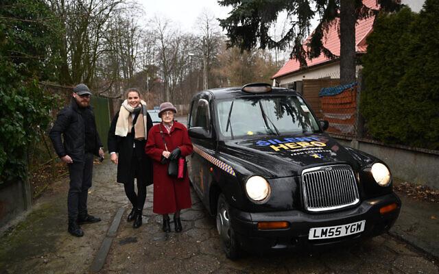Anna Stupnicka-Bando, présidente de l'Association polonaise des Justes parmi les nations, âgée de 90 ans, entre dans l'un des taxis réservés à celles et ceux qui avaient sauvé des Juifs pendant la Shoah à Varsovie, en Pologne, le 29 janvier 2020 (Crédit : Cnaan Liphshiz/ JTA)
