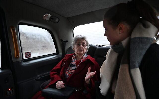 Anna Stupnicka-Bando dans l'un des taxis des Héros silencieux à Varsovie, le 29 janvier 2020 (Crédit : Cnaan Liphshiz/ JTA)