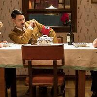 Scarlet Johansson, à droite, joue la mère de Jojo qui cache une petite fille juive aux Nazis. (Crédit : Kimberley French/Twentieth Century Fox Film Corp. via JTA)