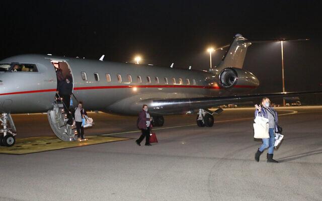 Une passagère évacuée du Diamond Princess en quarantaine au Japon lors de son débarquement en Israël, le 21 février 2020 (Autorisation :  MDA)