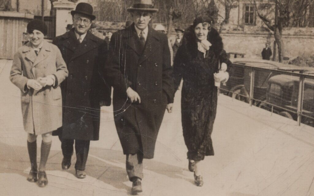 Le jeune Hans Neumann (à gauche) avec son oncle Richard Neumann, et ses parents Otto et Ella Neumann. (Avec l'aimable autorisation d'Ariana Neumann)