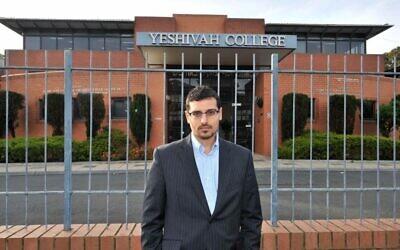 Manny Waks devant le Yeshivah College de Melbourne (Crédit : News Corp. Autorisation de Manny Waks)