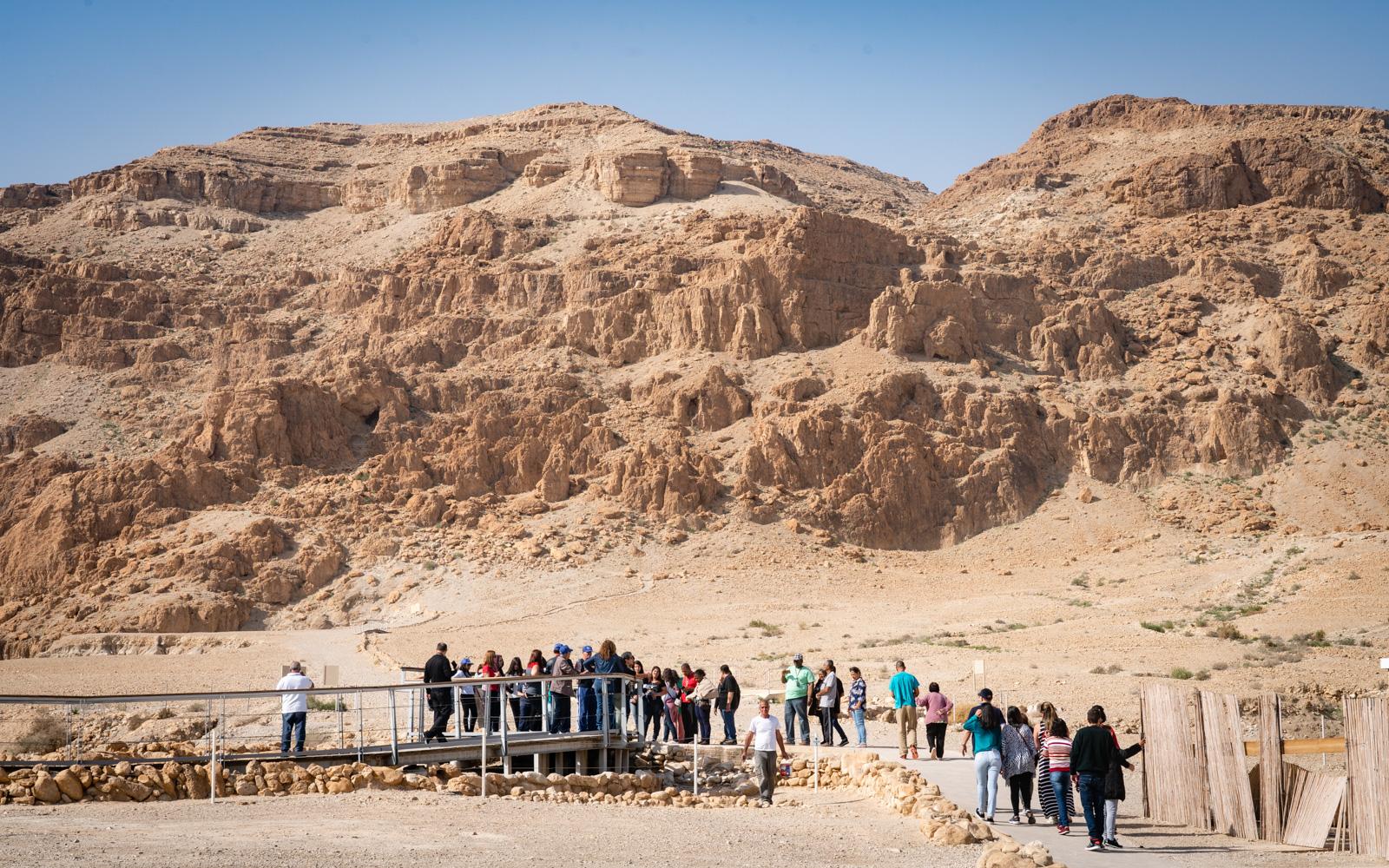 Visiteurs sur le site archéologique de Qumran, le 22 janvier 2019. (Luc Tress/Times of Israel)