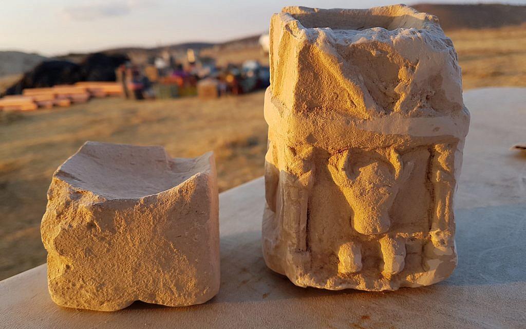 Deux autels à encens cultuels retrouvés dans l'une des pièces de la structure située au cœur d'une zone d'entraînement militaire dans la région de Lachish. (Crédit : Michal Haber, Autorité israélienne des Antiquités)