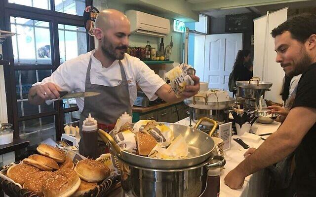 Un burger vegan présenté à un client lors d'un événement organisé par le groupe Meatless Monday à Tel Aviv en 2019 (Crédit : Revital Topiol)