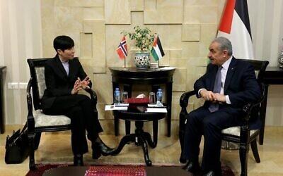 Le Premier ministre de l'Autorité palestinienne Mohammed Shtayyeh et la ministre des Affaires étrangères Ine Eriksen Soreide se rencontrent à Ramallah le 20 février 2020. (Crédit : Wafa)
