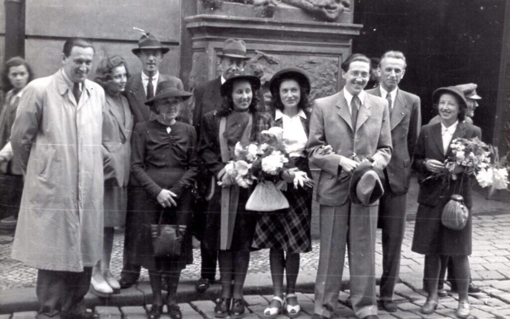 Mariage de Hans Neumann (troisième à partir de la droite) avec sa première femme Mila (quatrième à partir de la droite) à Prague, le 2 juin 1945. À l'extrême gauche, le frère de Hans, Lotar, et sa femme Zdenka, se trouvent à côté de Mila. (Avec l'aimable autorisation d'Ariana Neumann)