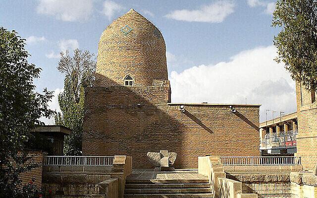 Le Tombeau d'Esther et Mordechaï à Hamadan, en Iran (Crédit : CC BY-SA Philippe Chavin/Wikipedia)